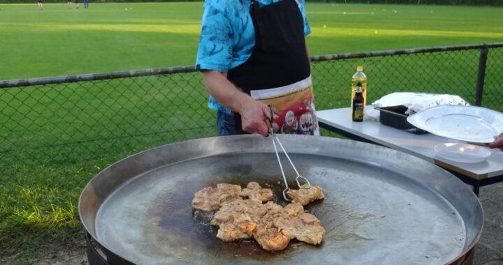 Voorzitter Lenard Broere bakt de kip
